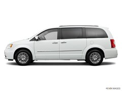 2013 Chrysler Town & Country Touring w/ Safety & Tech Package Van